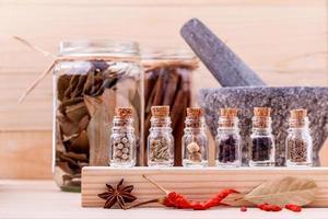 flaskor med matlagningskryddor foto