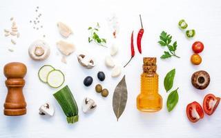 färska italienska ingredienser på vitt foto