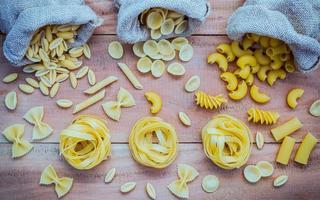 olika torkade pasta och påsar foto