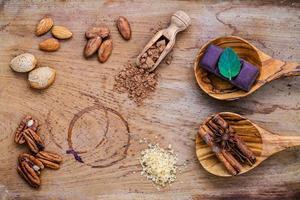 efterrättingredienser på en rustik träbakgrund foto