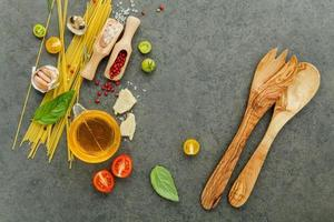 spagettiingredienser med träredskap foto