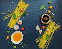 färska ingredienser för spagetti foto