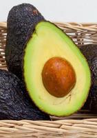 närbild av en skivad avokado foto