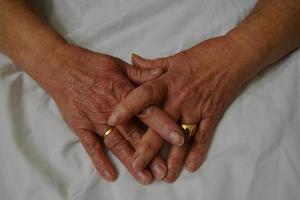 händerna på en gammal kvinna foto