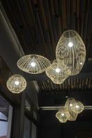 handgjord hängande korglampskärm foto
