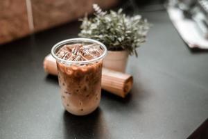 glas kaffe med mjölk på bordet