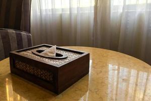 vävnadslåda på ett bord