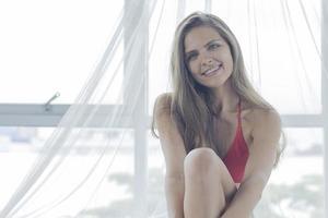 porträtt av en ung kvinna som ler lyckligt på semester foto