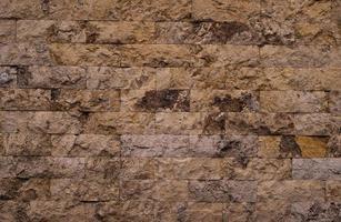 gammalt rött tegelmönster med sprickor och repor. horisontell bakgrund av bred tegelvägg