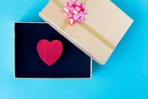 rött hjärta och presentask kärlek som alla hjärtans dag koncept foto