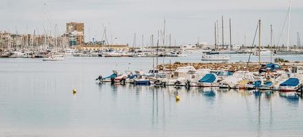 torrevieja, spanien, 2020 - båtar till sjöss under dagtid i Spanien