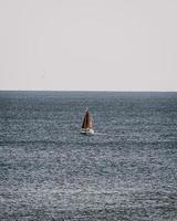 segelbåt på havet under dagtid