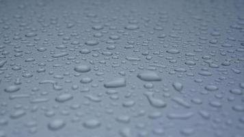 vattendroppe på en yta av ett grått isolerat fönster foto