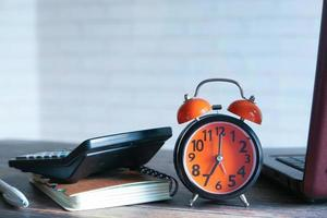 väckarklocka på ett skrivbord
