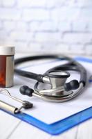 stetoskop med klippbräda på träbord