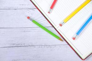 färgglada pennor på anteckningsblocket