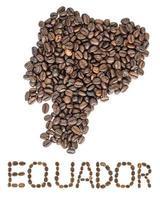 karta över equador gjord av rostade kaffebönor isolerad på vit bakgrund foto