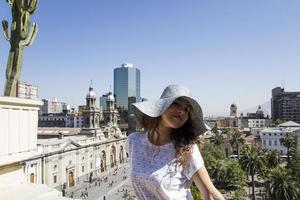 ung kvinnlig turist i santiago de chile, chile foto