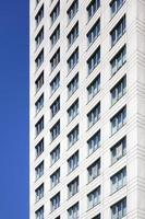 vit hög vit betongbyggnad foto
