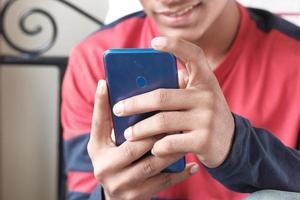 man använder en smart telefon foto