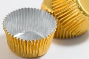 aluminium bakning koppar i gyllene färg foto