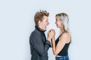 porträtt av lyckliga unga par i kärlek tillsammans i studio foto
