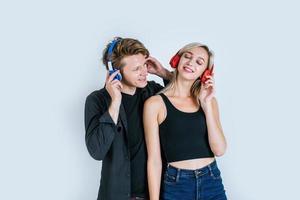 lyckligt ungt par i hörlurar lyssnar musik i studion foto
