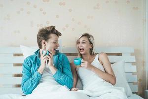 lyckliga par som dricker kaffe på morgonen foto
