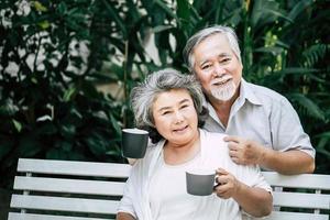 äldre par som spelar tillsammans på park