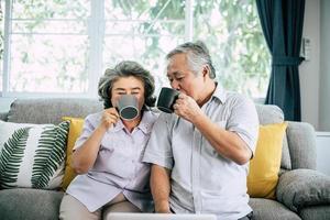 äldre par tillsammans i sitt vardagsrum