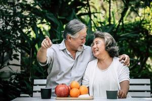 äldre par som leker och äter lite frukt