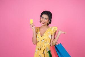 fashionabla kvinna med påsar och kreditkort foto