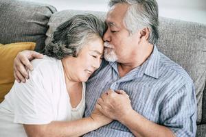 äldre par som spelar tillsammans i vardagsrummet