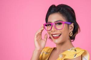porträtt av fashionabla kvinna med solglasögon