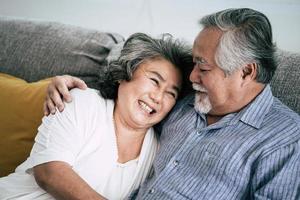 äldre par överraskar med presentask i vardagsrummet