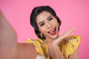 vacker fashionabla kvinna tar en selfie med sin telefon