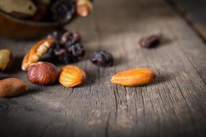 närbild av blandade nötter på träbakgrund
