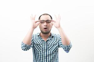 porträtt av ung vacker man isolerad på vit bakgrund röra hans glasögon
