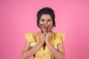 porträtt av en kvinna med sminkborstar