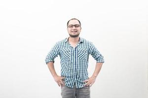 stilig glad asiatisk man som isoleras på en vit bakgrund