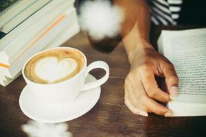 kvinnans händer som kopplar av med kaffe på kaféet foto