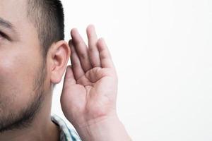 närbild av mannen som håller handen nära örat och lyssnar