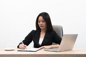 ung asiatisk affärskvinna med anteckningsboken på kontoret isolerad på vit bakgrund