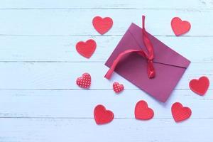 rött kuvert och rött hjärta på vit bakgrund foto