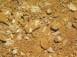 lapp av torr och sprucken jord för bakgrund eller konsistens foto