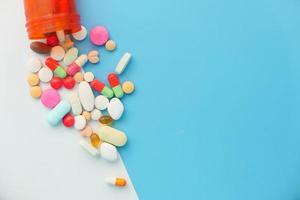 närbild av många färgglada piller foto