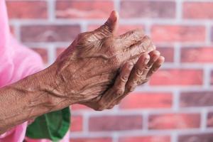 gammal kvinnas hand foto