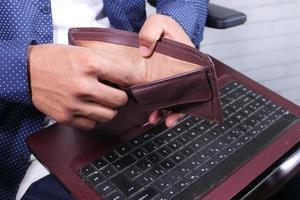 person som håller en tom plånbok foto