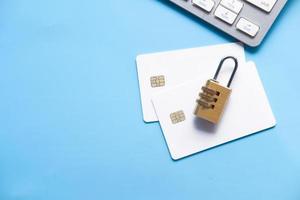hänglås med kreditkort på blå bakgrund