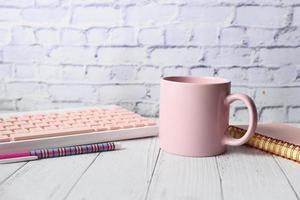 rosa mugg på skrivbordet foto